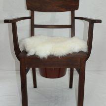 Armlehnstuhl aus Holz mit Fell