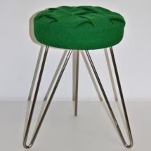 Grüner Hocker mit Metallbeinen