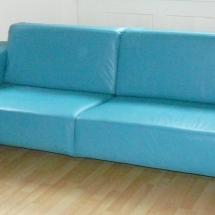 Türkisfarbenes Ledersofa. Kubisches Sofa aus Leder.