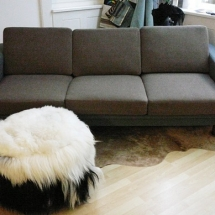 Sofa mit Federkern. Sofa in Grau und Braun.