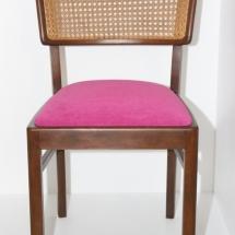 pinkfarbener Stuhl mit Geflecht
