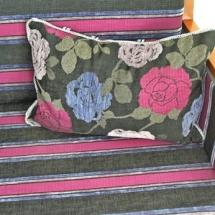 Sofa aus dem 20. Jahrhundert neu gestaltet. Altes Zweisitzer Sofa