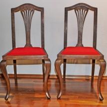 Antike Stühle mit geschwungenen Beinen.