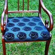 Armlehnstuhl für einen Esstisch. Armlehnstuhl mit schwarzem Rosenmuster