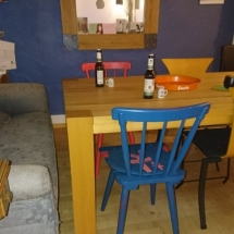 Eichenstühle in Pink und Blau. Farbige Brauereistühle aus Eiche