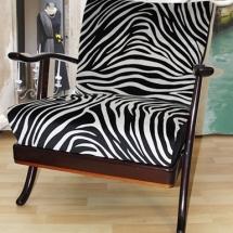 Aus Flohmarkt Midcentury Armlehnsesseln entstehen neue Möbel für das Wohnzimmer. Armlehnsessel mit Zebramöbelstoff.