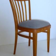 Holzstuhl mit grauer Sitzfläche