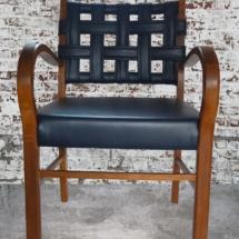 blauer Lederstuhl. Lederstuhl mit Armlehnen, Armlehnstuhl, leichter Armlehnstuhl, Stuhl mit Leder
