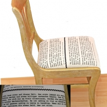 goldener Stuhl mit Spruch