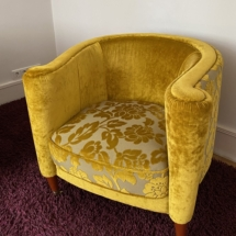 Gelber Sessel mit floralem Muster, bequemer Sessel, ausgefallener Sessel