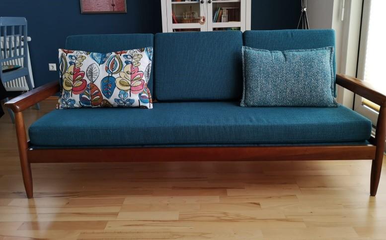 50er Sofa mit Holzarmlehnen